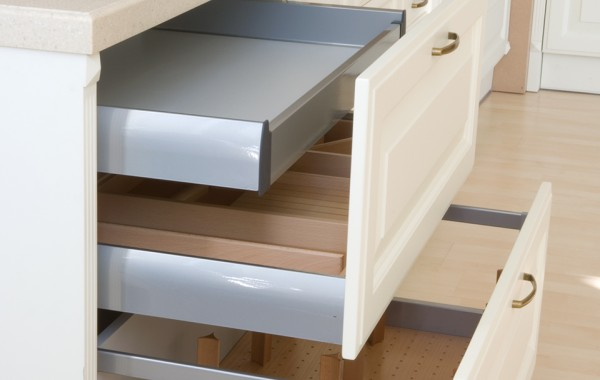 Deep kitchen full extension drawers with metal sidewalls